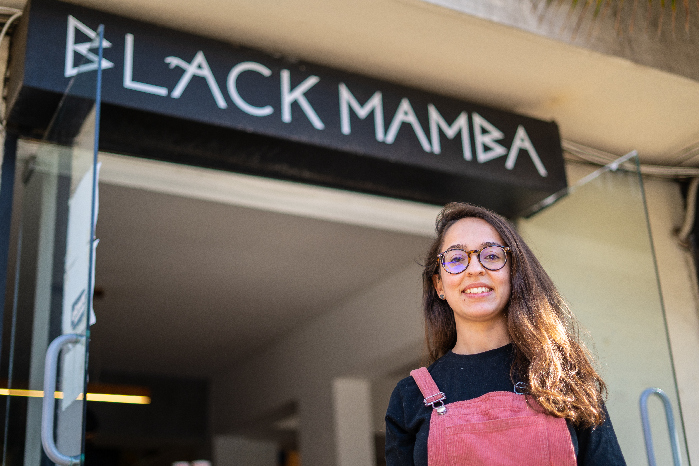 Paloma Valdez frente al local de Black Mamba