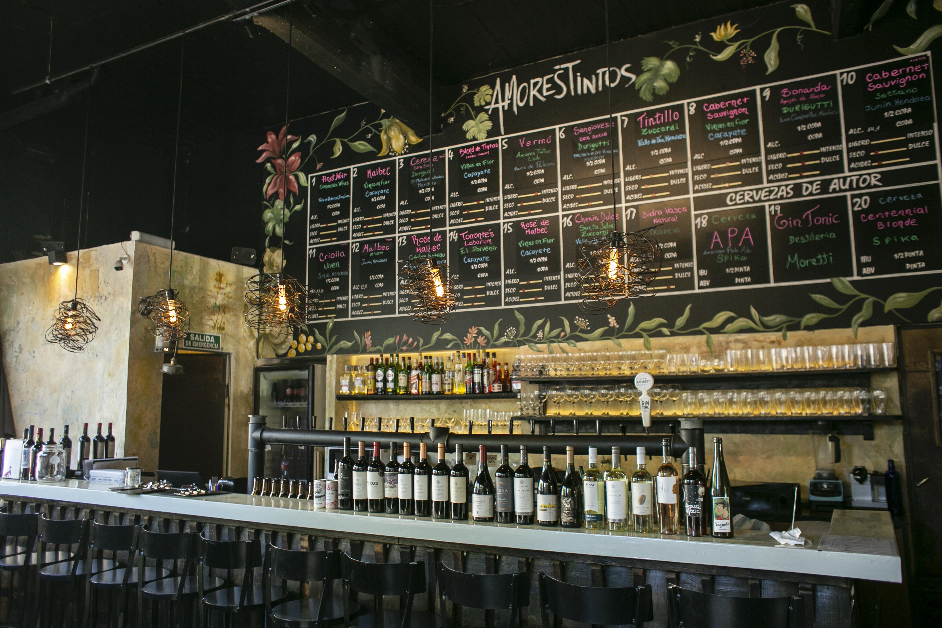 selección de vinos del bar junto a las canillas de vino tirado.